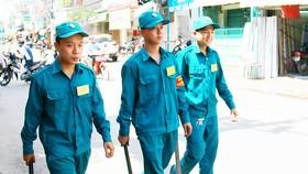Anh Lý Hoàng Tuấn (giữa) đi tuần tra cùng các dân quân tự vệ