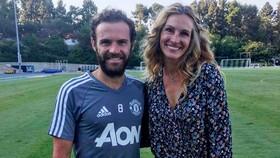 Julia Roberts được các cầu thủ Manchester United đón tiếp nồng nhiệt.