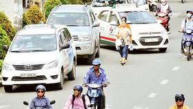 Nhiều ô tô đậu dưới lòng đường Điện Biên Phủ, quận 3, TPHCM. Ảnh: CAO THĂNG