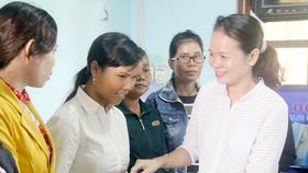 Đại diện Báo SGGP trao học bổng cho các cô đỡ thôn bản ở Gia Lai
