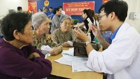 Bác sĩ Bệnh viện Nguyễn Tri Phương tư vấn chữa bệnh và tặng túi thuốc cho người dân có hoàn cảnh khó khăn.