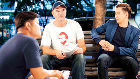Đạo diễn Stephane Gauger chỉ đạo diễn xuất cho Ngô Kiến Huy