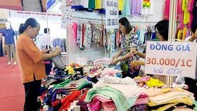 Người tiêu dùng mua sắm tại Hội chợ Tháng khuyến mãi TPHCM năm 2017