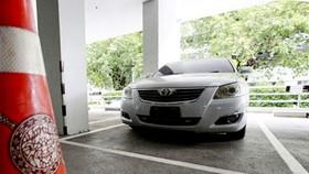 Chiếc Toyota Camry thu giữ ở tỉnh Nakhon Pathom được đưa về trụ sở Cảnh sát Hoàng gia Thái Lan ở Bangkok để các chuyên gia pháp y điều tra. Ảnh: BANGKOK POST