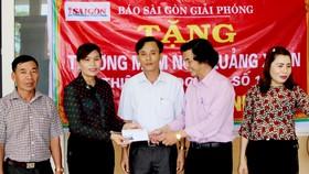 Đại diện Báo SGGP trao 30 triệu đồng giúp Trường Mầm non Quảng Xuân sửa trường