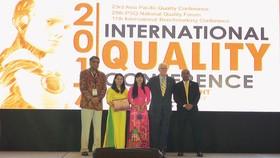 Đại diện Công ty TNHH Nhà nước MTV Yến sào Khánh Hòa (tỉnh Khánh Hòa - thứ 2 từ trái sang)  nhận giải World Class Award cho loại hình dịch vụ lớn
