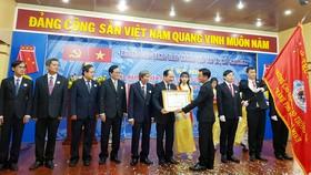 Ông Bùi Xuân Cường, Giám đốc Sở Giao thông Vận tải TPHCM thực hiện nghi thức trao tặng Huân chương Lao động Hạng Ba và bằng khen của Chủ tịch nước cho tập thể cán bộ, giáo viên Trường Cao đẳng Giao thông Vận tải TPHCM