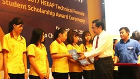 Trao học bổng cho các nữ sinh theo học các ngành kỹ thuật trên địa bàn TPHCM