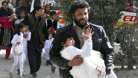 Sơ tán người dân sau vụ tấn công vào nhà thờ ở TP Quetta, tỉnh Baluchistan, Pakistan, ngày 17-12-2017. Ảnh: REUTERS