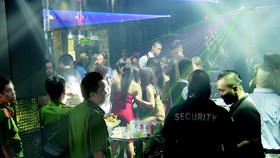 Hàng trăm chiến sĩ công an kiểm tra bất ngờ 2 quán bar ở trung tâm TPHCM