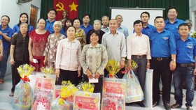 Thăm và tặng quà tết gia đình chính sách vùng căn cứ