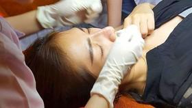 Một phụ nữ đang nâng mũi tại một spa kém chất lượng
