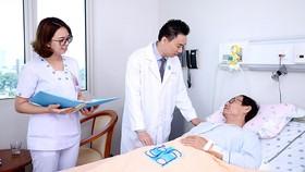 Bác sĩ Nguyễn Hữu Thịnh thăm khám bệnh nhân