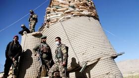 Binh sĩ bảo vệ tại một trạm kiểm soát ở huyện Khawaja Omari, tỉnh Ghazni, Afghanistan, ngày 12-4-2018. Ảnh: REUTERS
