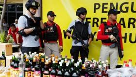 Nhiều loại rượu lậu gây chết người bị cảnh sát Indonesia tịch thu tiêu hủy. REUTERS