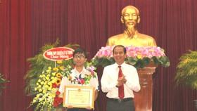 Nguyễn Bá Vinh nhận bằng khen của Chủ tịch UBND TP Cần Thơ