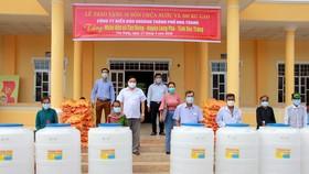 Sóc Trăng hỗ trợ gạo và bồn chứa nước cho người nghèo