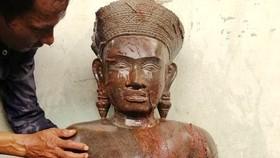 """Tuyên truyền người dân không mê tín dị đoan """"bức tượng lạ"""" vừa được phát hiện"""