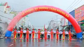 Nghi thức thông xe đường Trần Hoàng Na. Ảnh: TUẤN QUANG