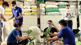 Hơn 60 tấn hàng thiết yếu tiếp tục được chuyển đi hỗ trợ người dân TPHCM