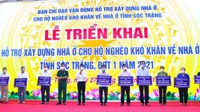 Ông Lâm Văn Mẫn, Bí thư Tỉnh ủy Sóc Trăng (thứ 5 từ trái sang) trao bảng tượng trưng phân bổ 849 căn nhà cho các đơn vị. Ảnh: TUẤN QUANG