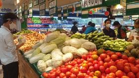 """Lực lượng """"đi chợ giúp"""" đang lựa hàng hóa"""