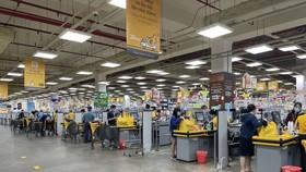 Người dân đi siêu thị Emart Gò Vấp trong những ngày đầu TPHCM nới lỏng giãn cách