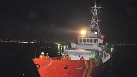 Tàu SAR 412 đưa nạn nhân về đến đất liền vào lúc 4 giờ sáng nay, 2-5    Ảnh: NGUYÊN KHÔI