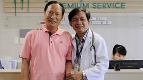 Bác sĩ Đặng Công Hoàng và ông Choi H.S sau khi được cứu sống     Ảnh: NGUYÊN KHÔI