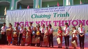 Các em học sinh các trường Trung tâm TP Đà Nẵng tặng quà cho các em học sinh ở các xã khó khăn của huyện Hoà Vang