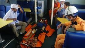 Nạn nhân được tàu SAR 412 đưa về đất liền Đà Nẵng cấp cứu kịp thời