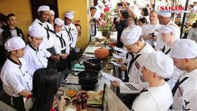 Đầu bếp trên tàu Hải quân Hoa Kỳ được các đầu bếp Việt Nam hướng dẫn làm các món ăn Việt