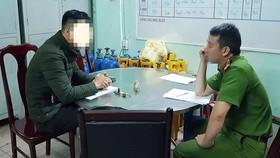 Phóng viên Hứa Vĩnh Nhân trình báo sự việc với CCoong an phường Thạch Thang
