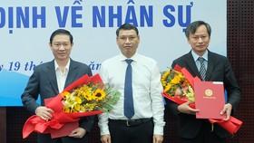 Ông Hồ Kỳ Minh (đứng giữa), Phó Chủ tịch UBND TP Đà Nẵng trao quyết định bổ nhiệm ông Hùng Anh (bìa phải) làm Chánh Văn phòng UBND TP Đà Nẵng