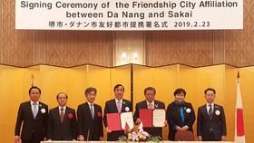 """Ông Lê Trung Chinh, PCT UBND TP Đà Nẵng và ông Osami Takeyama, Thị trưởng TP Sakai ký kết Tuyên bố """"Thành phố hữu nghị"""""""