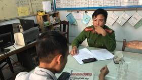 Phóng viên Vĩnh Quyên đang làm việc với Công an phường Xuân Hà