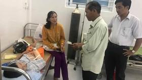Nhiều cán bộ, người dân xã Quế Châu khi biết sự việc đã quyên góp được số tiền hơn 3 triệu đồng để ủng hộ cháu bé bị nạn