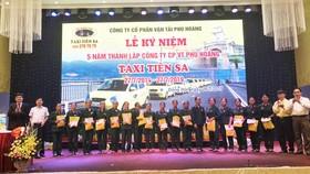 Taxi Tiên Sa tri ân và tặng quà với tổng số tiền 45,5 triệu đồng cho Đại đội nữ pháo binh Ngư Thủy anh hùng