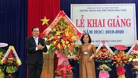 Ông Huỳnh Đức Thơ, Chủ tịch UBND TP Đà Nẵng tặng hoa chúc mừng ngày khai trường tại Trường THPT Hòa Vang