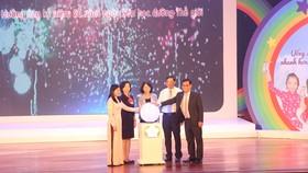 Phó Chủ tịch nước Đặng Thị Ngọc Thịnh cùng ban tổ chức thực hiện nghi thức phát động Ngày Sữa học đường năm học 2019-2019