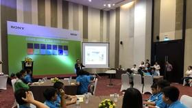"""Các em học sinh Trường THCS Lý Thường Kiệt (Đà Nẵng) đang tham gia chương trình """"Tìm hiểu khoa học cùng Sony"""""""