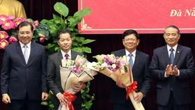 Ông Trương Quang Nghĩa, Bí thư Thành ủy Đà Nẵng và ông Huỳnh Đức Thơ, Chủ tịch UBND TP Đà Nẵng tặng hoa chúc mừng ông Nguyễn Văn Quảng và ông Võ Công Trí