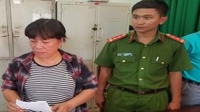 Bà Trương Thị Tính (bên phải ảnh) bị cơ quan công an bắt giữ. Ảnh do công an cung cấp