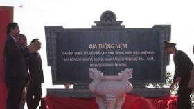 Bộ trưởng Bộ Công an Tô Lâm (bên phải ảnh) cùng lãnh đạo tỉnh Đắk Nông đặt bia tưởng niệm. Ảnh CÔNG HOAN