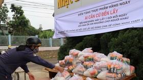Lan toả tấm lòng thơm thảo, hàng trăm phần quà hỗ trợ người dân gặp khó khăn trong mùa dịch