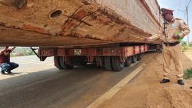 Xe chở thuyền dài 28m lên đèo Bảo Lộc bị phạt hơn 90 triệu đồng