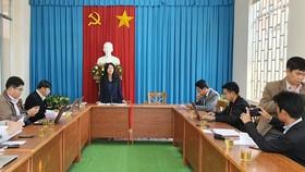Quang cảnh cuộc họp thông tin đình chỉ 2 chủ tịch phường, sáng 30-3. Ảnh: ĐOÀN KIÊN