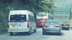 Phương tiện nối đuôi nhau vi phạm trên đèo Bảo Lộc