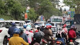 Đà Lạt nườm nượp khách, nhiều người không đeo khẩu trang khi ra đường