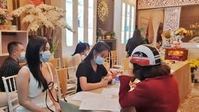 Hơn 30 người từ nhiều tỉnh, thành dự khai trương cơ sở làm đẹp trong mùa dịch